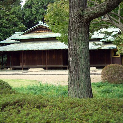 This photo shows a tea pavilion, Suwa no Chashitsu (諏訪の茶室) in the East Gardens of the Kokyo (Imperial Palace, formerly Edo Castle) in Tokyo, Japan.