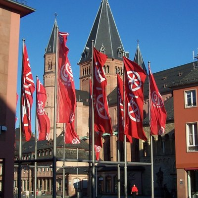Mainz flags (City coat of arms - rad and FSV Mainz 05 logo) in front of Mainz cathedral (Dom)