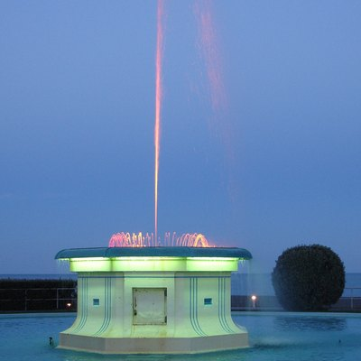 Napier's water fountain at dusk. The Pacific Ocean is in the background.