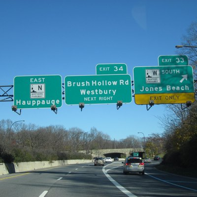 The Northern State Parkway eastbound at the junction with the Wantagh State Parkway south (Exit 33) in Westbury.