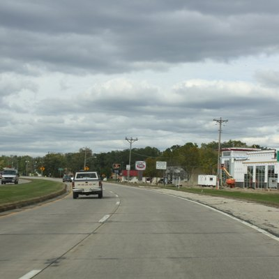 Looking north at the population and welcome sign for w:Onalaska, Wisconsin on w:Wisconsin Highway 35.