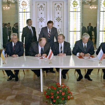 Ukrainian President Leonid Kravchuk and President of the Russian Federation Boris Yeltsin signed the Belavezha Accords, dissolving the Soviet Union, 8 December 1991
