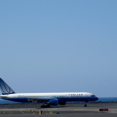 United Airlines Boeing 757-200 at Kona International Airport (KOA) in December 2009.