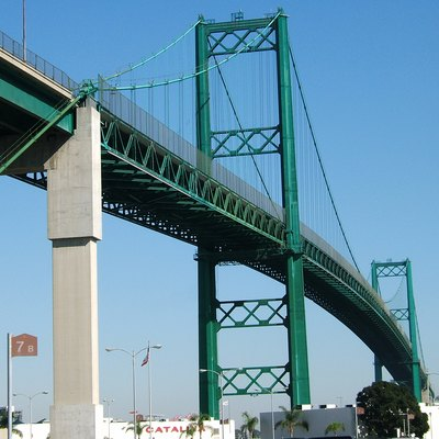 The Vincent Thomas Bridge crossing the Los Angeles Harbor in the U.S. state of California, linking San Pedro, Los Angeles, with Terminal Island