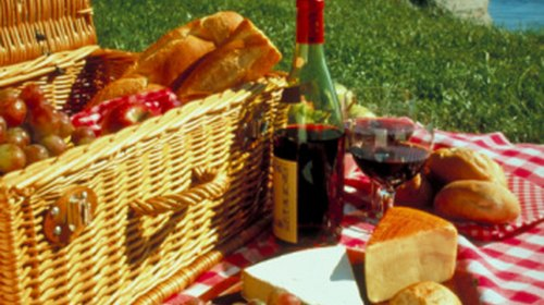 What Type of Cheese & Crackers Should Be Served With Wine?