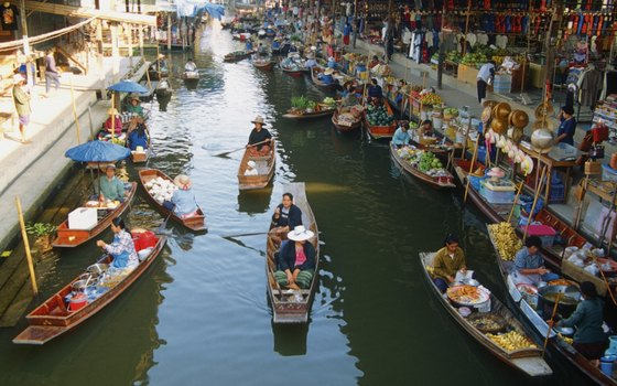 Damnoen Saduak Floating Market in full swing.