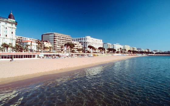 Find free public beaches interspersed between private beaches in Cannes.