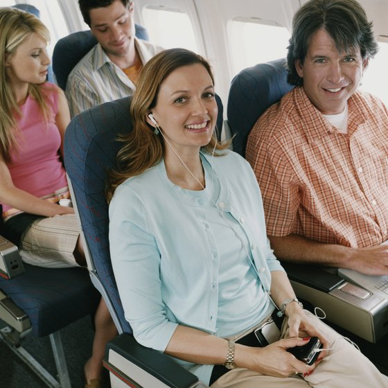 Loose, comfortable pants are suitable for wearing on airplanes.