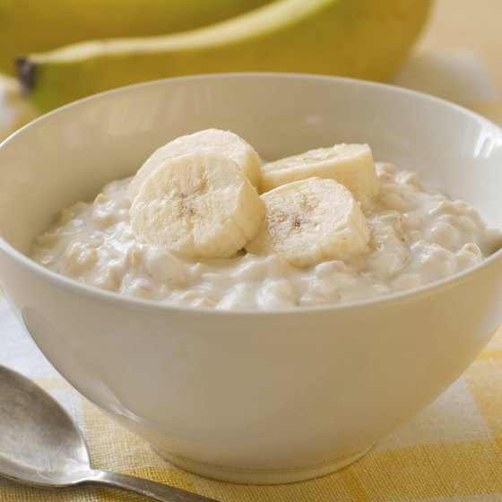 Bowl of oatmeal with sliced bananas.