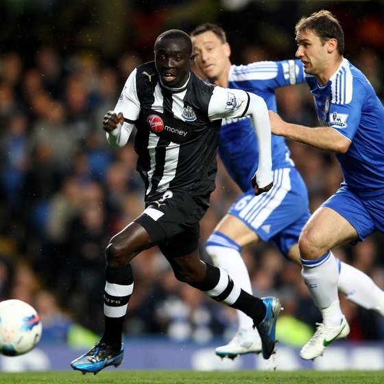 Pappiss Cisse of Newcastle United beats Chelsea defenders with his speed.