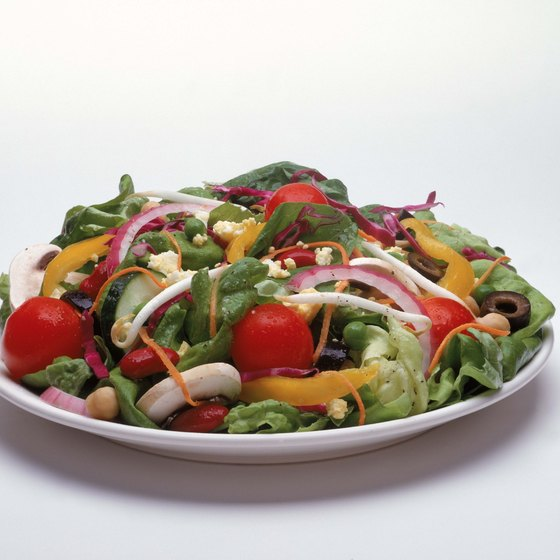 A salad with tomatoes, spinach and onions is rich in antioxidants.