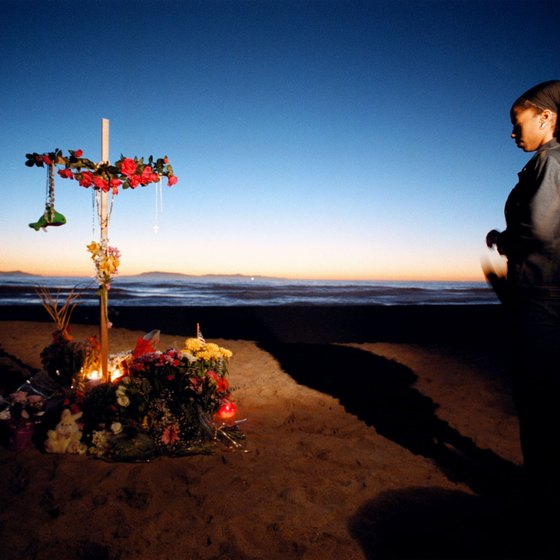 Impromptu memorial to Alaska Air Flight 261 at Port Hueneme Beach