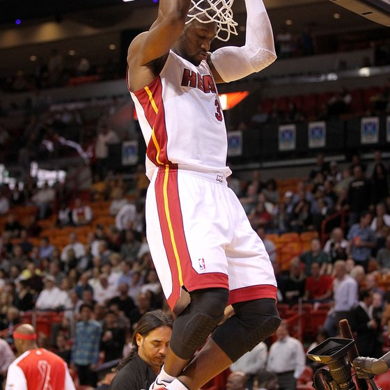 Dwayne Wade performs parallel grip pullups before an NBA game.