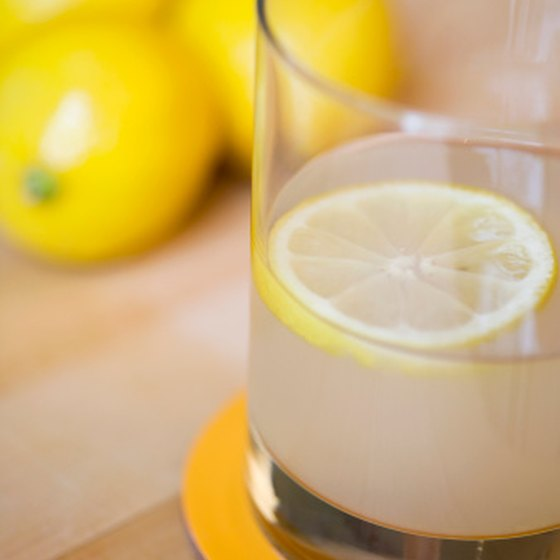 Lemon detox drinks look and taste similar to lemonade.