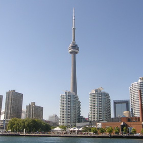 The CN Tower stands tall above all other buildings in Toranto, Ontrario.