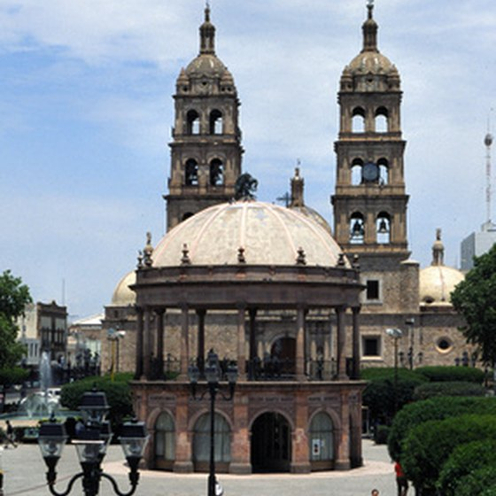Guided tours of Mexico provide narration about the sites and scenery.