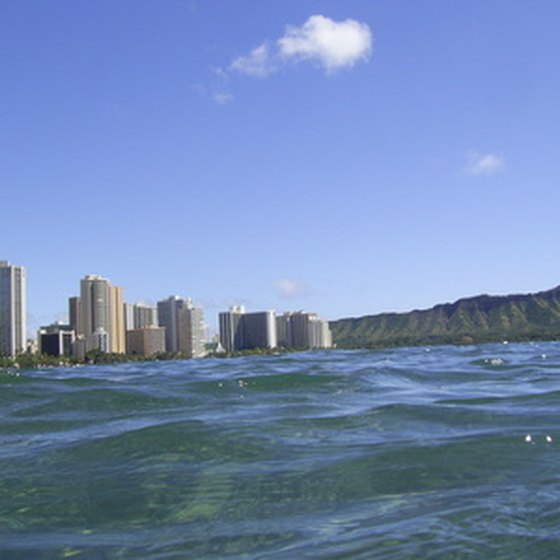 There are various hotels near the airport on the island of Oahu.