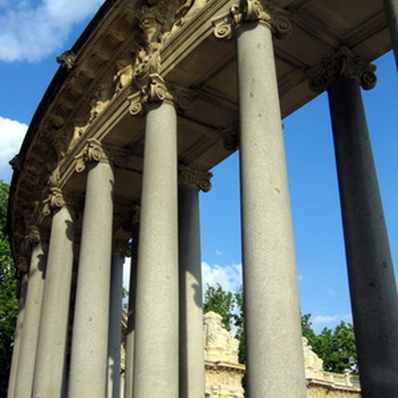 Visit the Monument to Alfonso XII in the Buen Retiro Park.