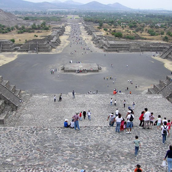 crowd at Teotihuacan