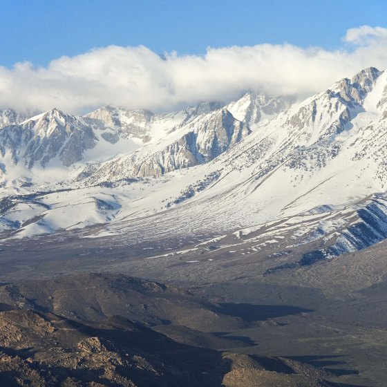 Both beginners and experienced hikers can explore the Sierra Nevadas.