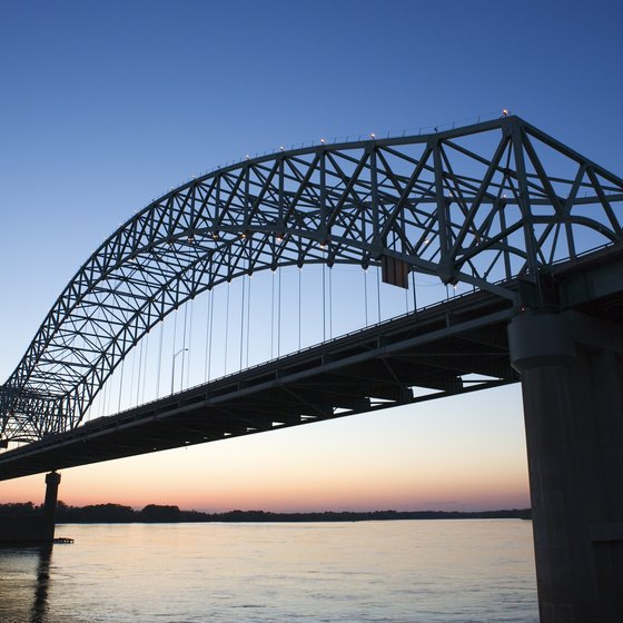 The Hernando de Soto Bridge links Tennessee and Arkansas.