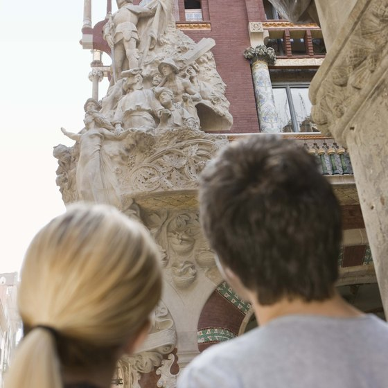 Couple looking at the Palau de la Musica.