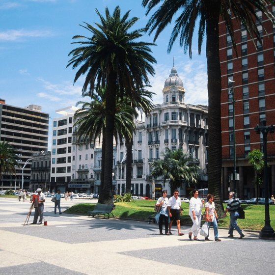 Plaza Independencia en Montevideo attracts throngs of visitors.
