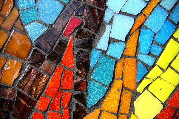 Azulejos de colores rotos y calzados juntos como un rompecabezas.