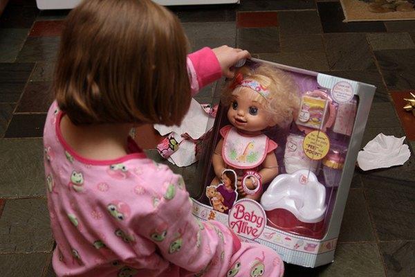 Niña con su nueva muñeca Baby Alive.