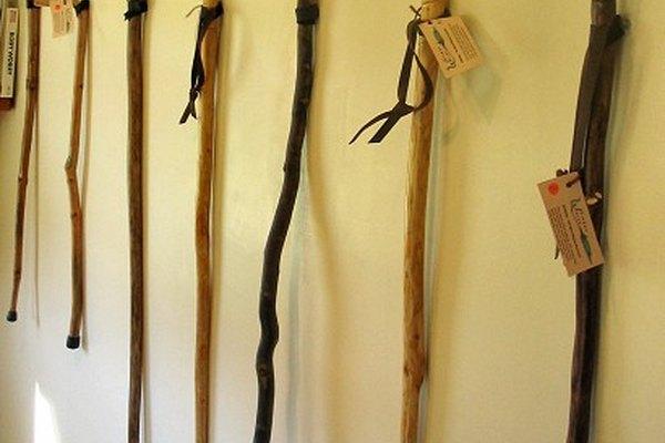 Un bastón es una gran herramienta para tener si estás pensando en tomar una larga caminata en tu sendero favorito.