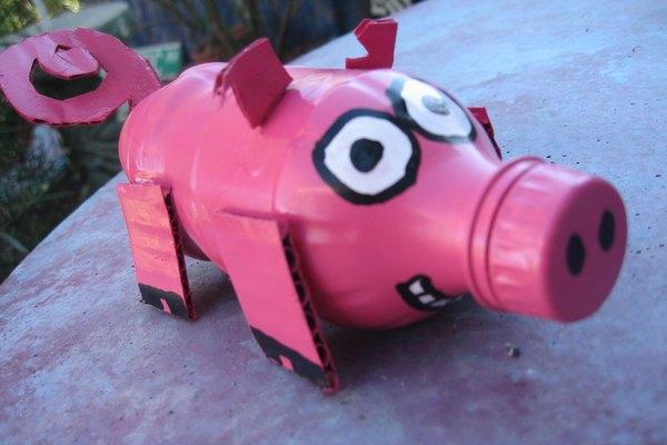 Cerdo de botella de plástico.