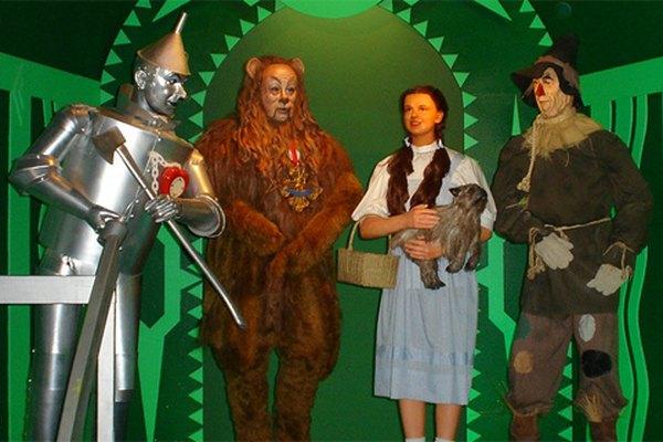 Conseguir disfrazar a un grupo de niños como los personajes del Mago de Oz para la Noche de Brujas no es tan difícil.