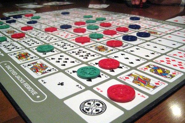 El juego de mesa Sequence es fabricado por Jax Ltd.