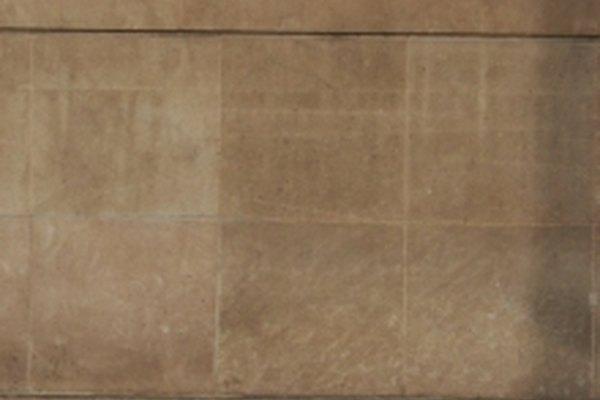 Las baldosas de piedra caliza en el piso y pared.