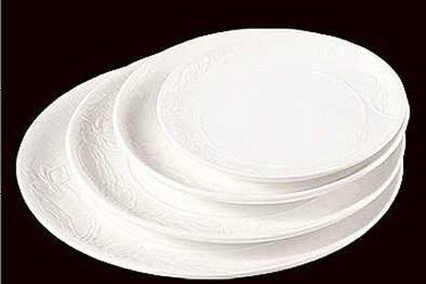 Utiliza moldes de yeso si deseas diseños en bajo relieve en las superficies de tus platos.