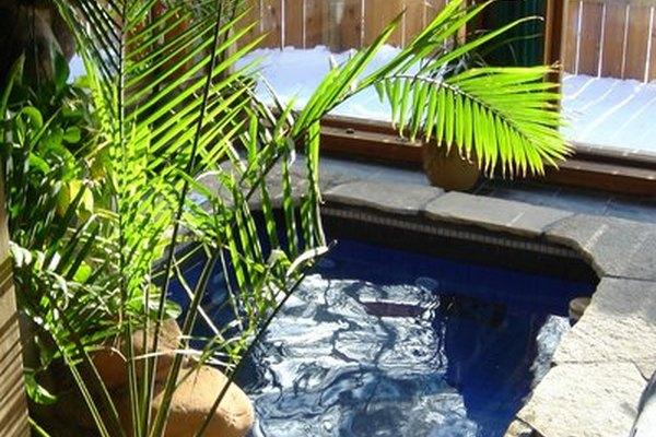 Construir una tina de agua caliente de concreto requiere de un conocimiento general de varios aspectos.