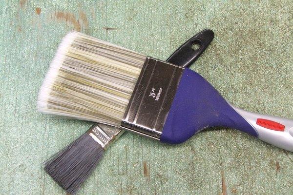 Puedes renovar tus viejos muebles pintándolos.