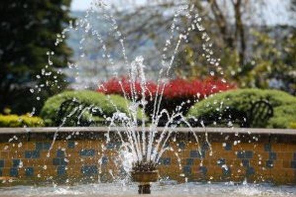 La bomba de una fuente puede transformar estanques comunes en atracciones.