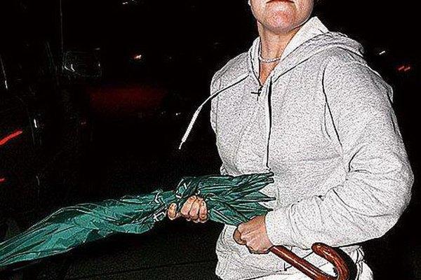 Britney ataca con un paraguas a los paparazis que la persiguen.