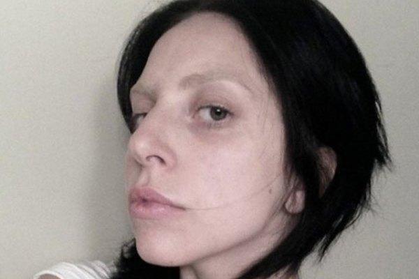Lady Gaga tomándose una fotografía sin maquillaje alguno.