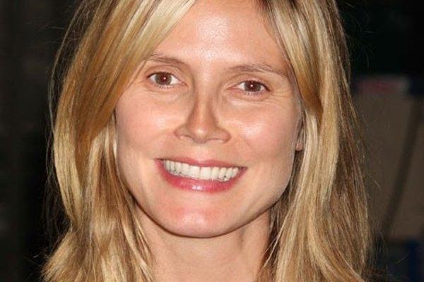 Heidi Klum sonríe ante las cámaras con su rostro al natural.
