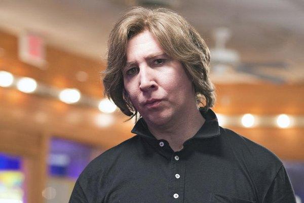 Marilyn Manson posa ante las cámaras con su rostro al natural.