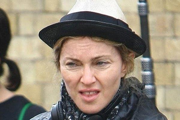 Madonna es sorprendida por un fotógrafo justo cuando no llevaba maquillaje.