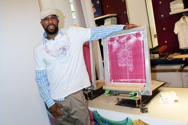 Remueve serigrafía de una camiseta de algodón.