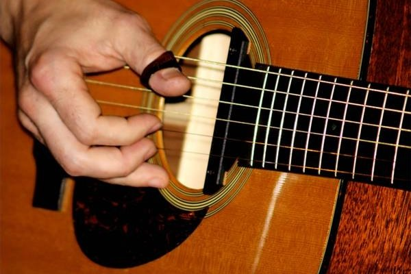Una guitarra.