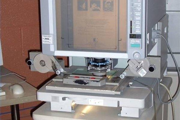 Los microfilmess se pueden ver en un dispositivo similar a los utilizados en la visualización de la fotografía diapositiva, que enfoca la imagen a su tamaño original o más grande.