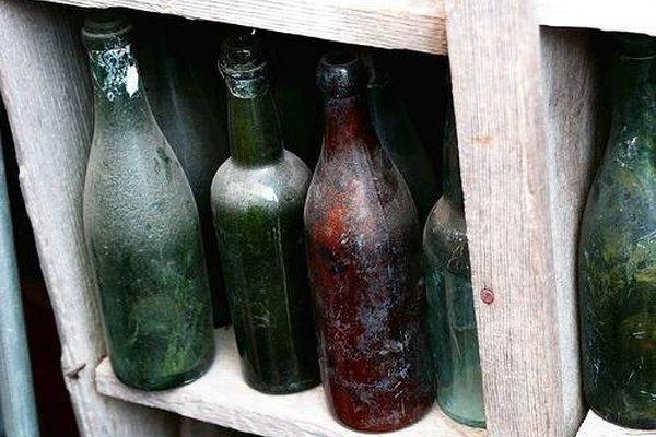 Utiliza vinagre y arena para limpiar las botellas por dentro.