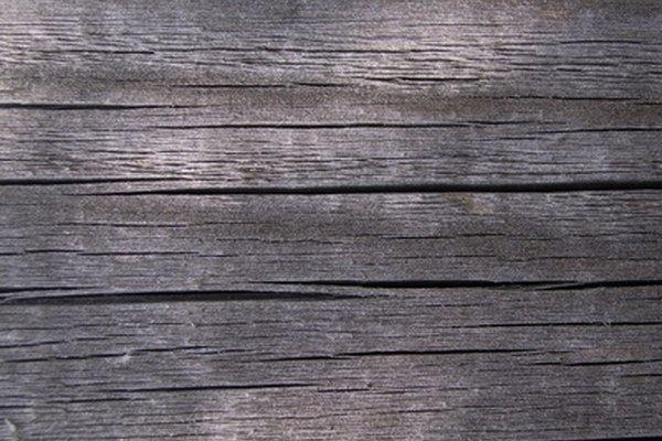 Envejece la madera nueva para darle un aspecto antiguo.