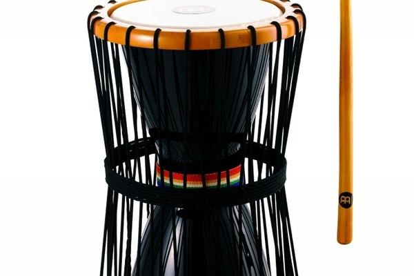 El tambor dundun es en forma de reloj de arena.