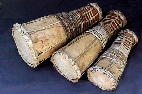 Conjunto de tres tambores.